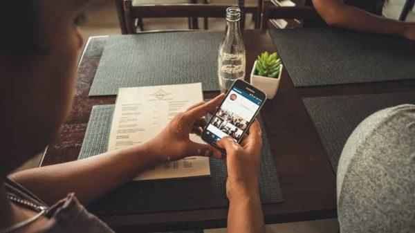 Человек смотрит аккаунт в Инстаграм