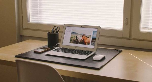 Ноутбук Macbook на столе с интернетом