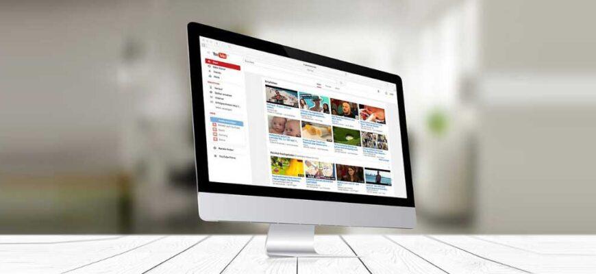 Главная страница YouTube на мониторе