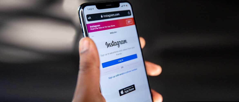 Телефон с запущенным приложением Instagram