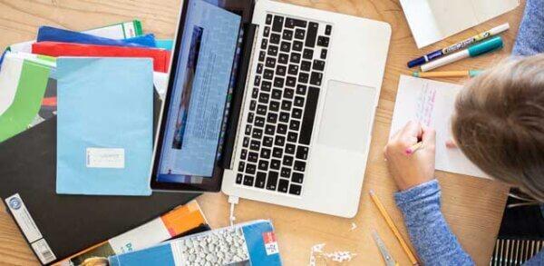 Студент учится и работает ноутбук